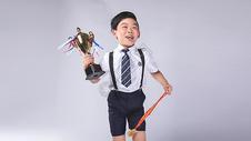 男孩子获得奖杯奖牌500965396图片