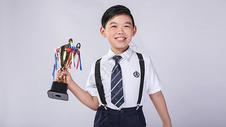 男孩子获得奖杯奖牌500965400图片