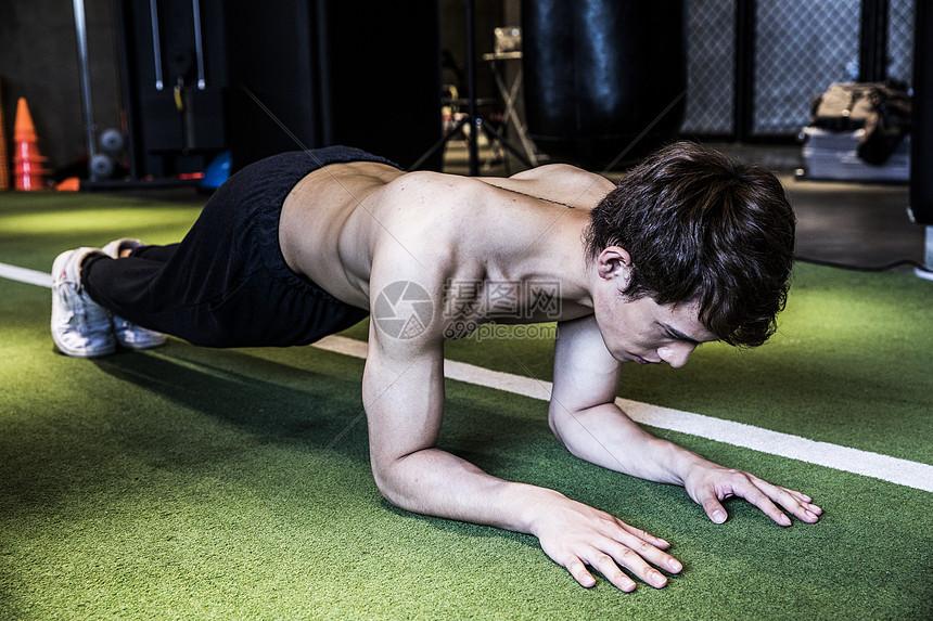 男士健身平板支撑图片