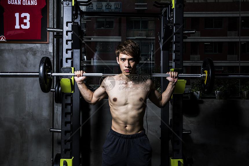 男士健身杠铃深蹲图片
