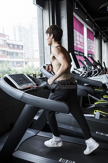 健身男士跑步图片