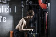 男士健身拉力训练图片