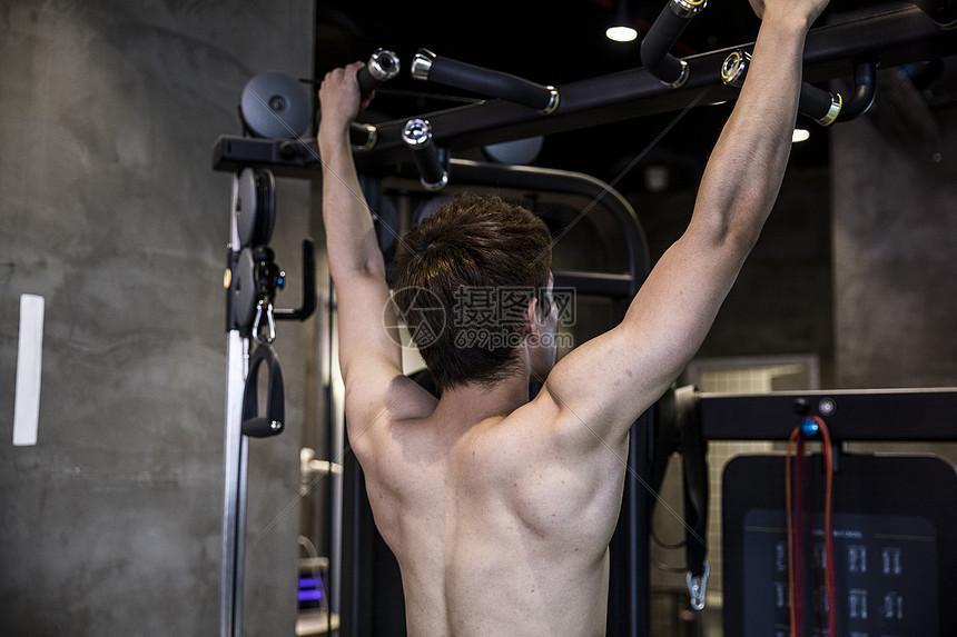 健身男士拉力训练图片