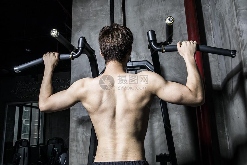 健身男士引体向上图片