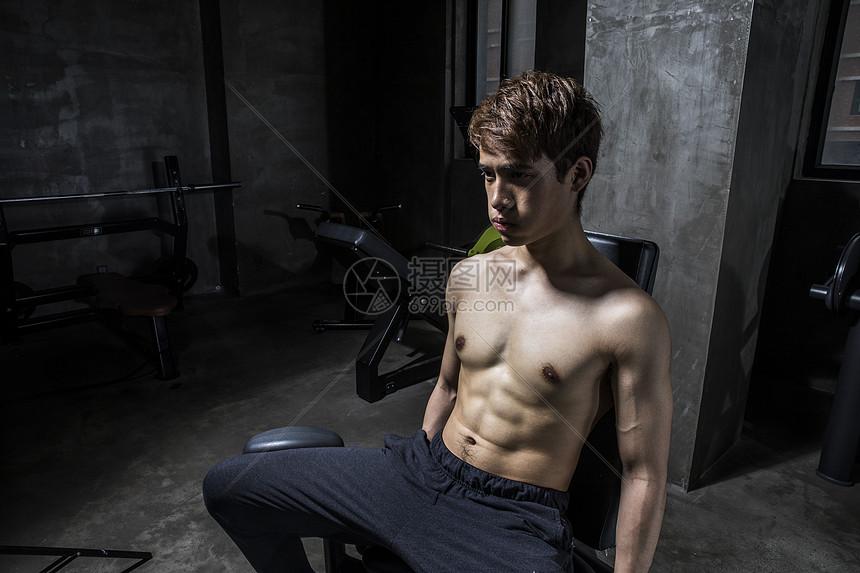 健身男士大腿内收肌训练图片