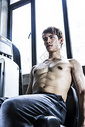 健身男士屈腿训练图片