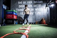 男士健身障碍跑图片