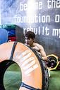 男士健身推轮胎图片