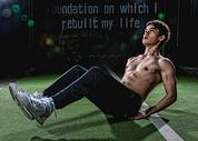健身房强壮男性仰卧起坐图片