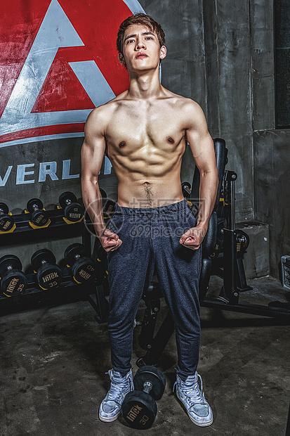 健身房强壮男性肌肉展示图片