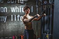 健身房强壮男性器械运动500966987图片