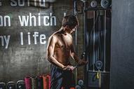 健身房强壮男性器械运动500966988图片