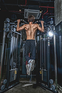健身房男性引体向上运动图片
