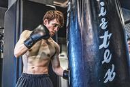 健身房强壮男性拳击运动图片