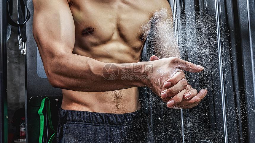 健身房强壮男性拍粉动作图片