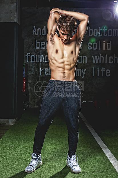 健身房强壮男性拉伸活动图片
