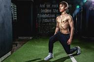 健身房强壮男性深蹲运动500967021图片