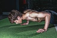 健身房强壮男性做俯卧撑500967023图片