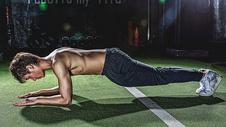 健身房强壮男性做俯卧撑500967026图片