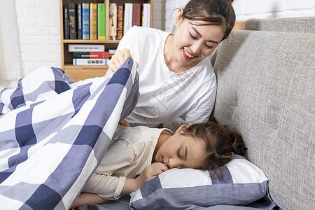 母亲哄孩子睡觉图片