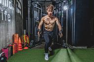 健身房强壮男性器械运动500968000图片