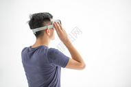光幕前戴VR眼镜的男生图片