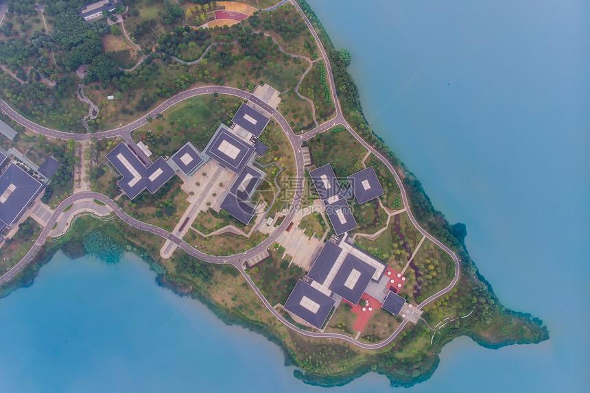 俯瞰武汉东湖的亭台楼阁和绿道图片