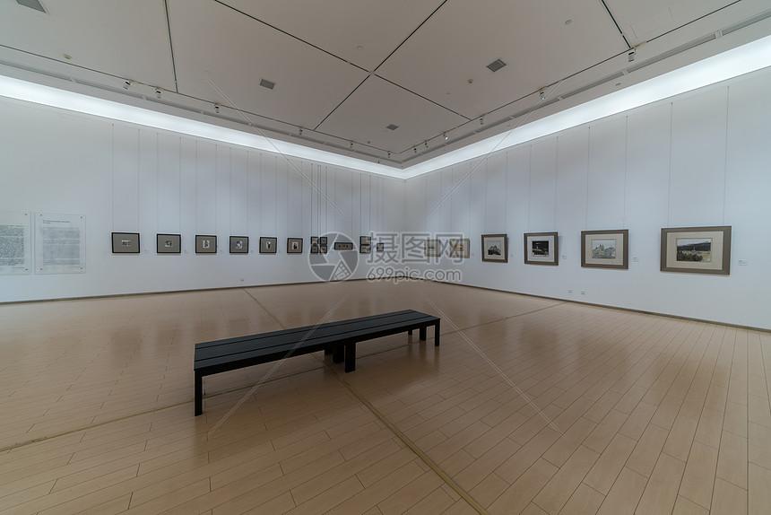空旷的武汉美术馆画展图片