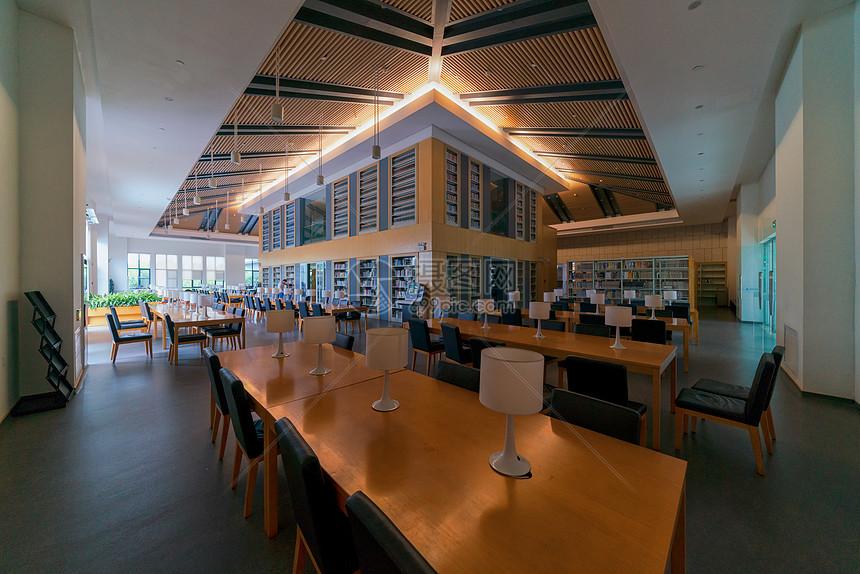 暑假期间的武汉图书馆阅览室图片