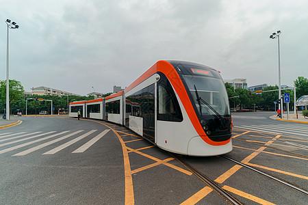 武汉光谷行驶中的现代化的电车图片