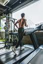 健身房强壮男性跑步机运动图片