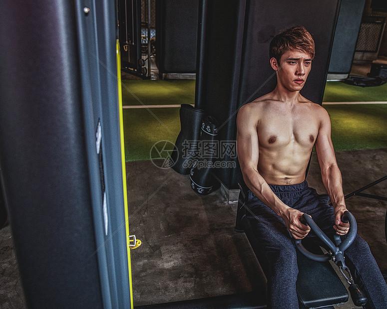 健身房强壮男性器械运动图片
