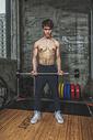 健身房强壮男性杠铃运动图片