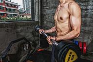 健身房强壮男性杠铃运动500969101图片