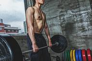 健身房强壮男性杠铃运动500969107图片
