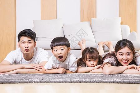 一家人开心趴在地毯上图片