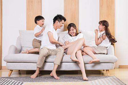 父母陪伴孩子玩闹图片