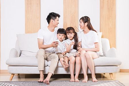 一家人看电视图片