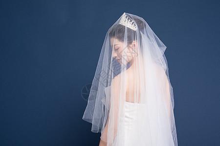 头戴头纱穿婚纱的新娘图片