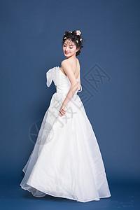 穿白色婚纱的甜美女生图片