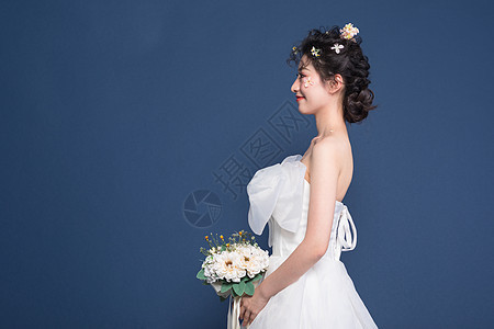 新娘手拿捧花图片