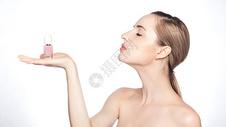 外国美女涂指甲油图片