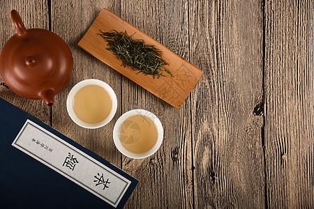 在桌子上的茶汤图片
