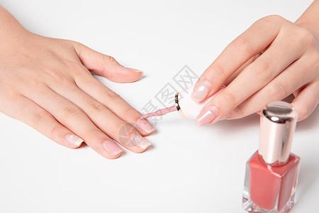 女孩美甲涂指甲油图片