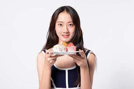 手拿蛋糕年轻女性图片