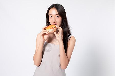 穿围裙美女手拿汉堡图片