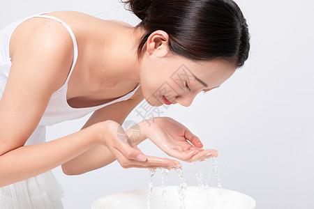 美女洗脸动作图片