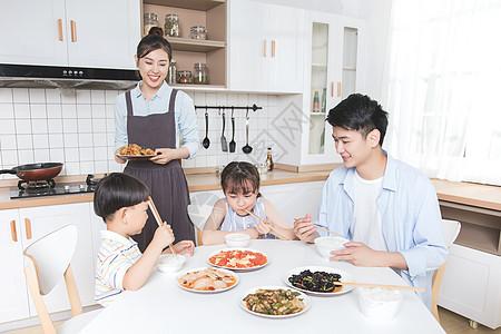 家庭亲子下厨图片