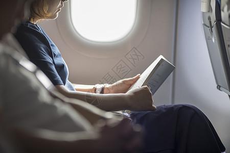 在飞机上阅读图片