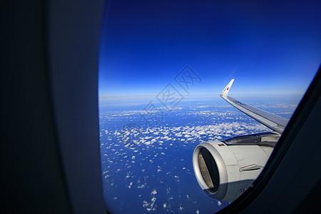 坐飞机去旅行图片